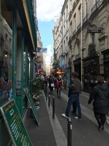 Rua cheia de lugares charmosos pra comer, a caminho do hotel.